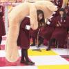ゴミ箱シュートで見事入れた桜井玲香がクマのぬいぐるみゲット